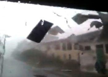 nubifragio-su-lucca,-tetto-strappato-via-dalle-raffiche-di-vento:-video
