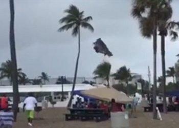 tromba-marina-si-abbatte-su-spiaggia-affollata:-bambini-sbalzati-per-aria