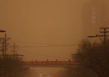 tempesta-di-sabbia-e-polvere-avvolge-pechino:-atmosfera-spettrale