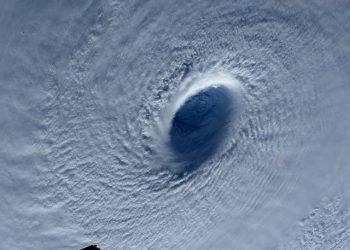vortice-immortalato-dallo-spazio:-immagini-impressionanti-del-tifone-maysak