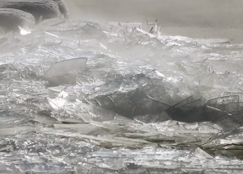 lastre-di-ghiaccio-ammassate-dal-moto-ondoso:-effetto-ipnotico-spettacolare