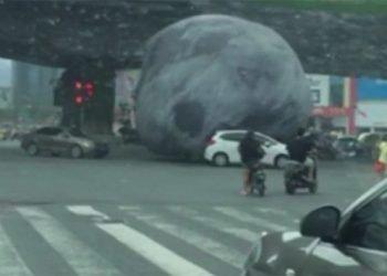 enorme-luna-rotola-per-strada-e-semina-panico-in-cina:-incredibile-video