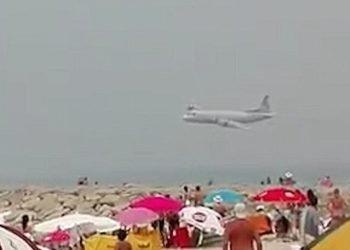 aereo-sfreccia-sulla-spiaggia-affollata,-sfiorati-i-bagnanti.-video-shock