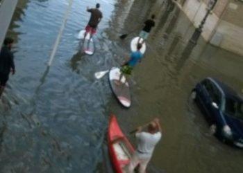 nubifragi-e-alluvioni.-a-margherita-di-savoia-in-tavola-da-surf,-video-foto