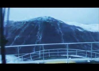 onda-gigante-colpisce-nave-durante-tempesta-gertrude.-video-incredibile