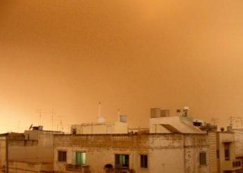 invasione-sabbia-rossa-del-deserto-al-top,-caldo-estivo-con-oltre-30-gradi