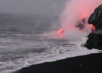 follia-del-surfista-ad-un-passo-dalla-colata-di-lava:-video-impressionante