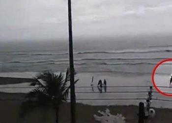 fulmine-investe-in-pieno-una-turista-in-spiaggia:-immagini-drammatiche