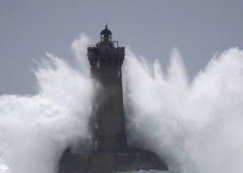 burrasca-meteo-sulla-francia,-tempesta-atlantica-con-vento-violento-e-grandi-mareggiate