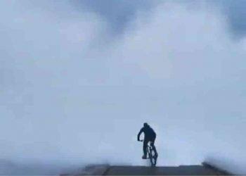 spagna:-ciclista-travolto-da-onda-gigante.-se-la-cava