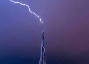 fulmine-si-schianta-sul-grattacielo-piu-alto-di-dubai:-il-video-in-diretta