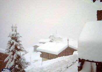 bufere-di-neve-eccezionali,-come-in-pieno-inverno:-alpi-svizzere-sommerse