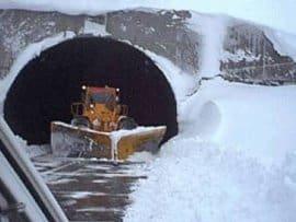 L'immagine tratta da www.perfil.com mostra l'imbocco del tunnel andino Cristo Redentor, bloccato da giorni dalla neve.