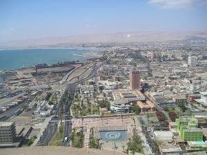 Panorama di Arica in una tipica assolata giornata, sullo sfondo le colline desertiche. Fonte wikipedia, licenza creativecommons.org/licenses/by-sa/2.5/deed.en.