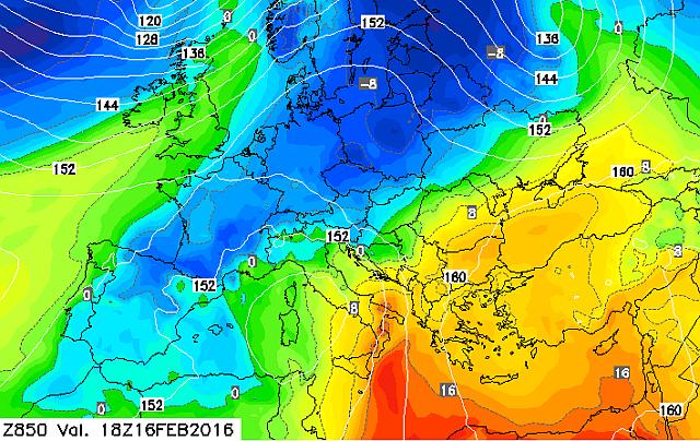 Europa spaccata in due, con l'aria fredda (in blu) in discesa verso il Mediterraneo Occidentale e l'aria calda in risalita su quello orientale. Ma il freddo non è record, il caldo sì!