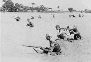 Soldati nei terreni alluvionati dal Fiume Giallo nel giugno 1938. Fonte http://en.wikipedia.org, immagine di dominio pubblico.