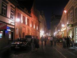 Passeggio in una sera d'estate in una strada del centro di Vilnius. Fa molto caldo nella capitale lituana in questi giorni. Foto di Giovanni Staiano.