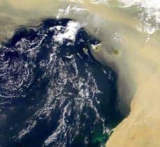 Immagine sat didattica di una tempesta di sabbia che dall'Africa si spinge in Oceano investendo le Canarie. Fonte: http://www.obs-nice.fr.