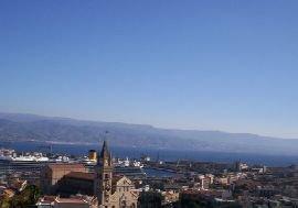 Scorcio di Messina, illuminata dal sole con un cielo tersissimo: più che fine autunno sembra primavera, e la temperatura di 22 gradi ne è la chiara dimostrazione. Foto a cura di Nino Gatto.
