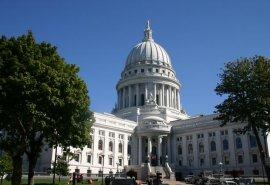 Nella prima immagine (fonte www.morguefile.com) il Capitol Building di Madison, nel Wisconsin. Nella seconda immagine, tramonto invernale a Neuganee, nel Michigan (fonte www.crh.noaa.gov).