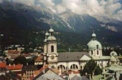 Nella prima foto Innsbruck: veduta dalla Stadtturm. Nella seconda foto Vienna: stazione Karlsplatz della metropolitana. Foto di Giovanni Staiano.