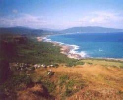La prima immagine mostra un tratto di costa taiwanese; nella seconda  veduta della capitale Taipei. Fonte: www.davestravelcorner.com.