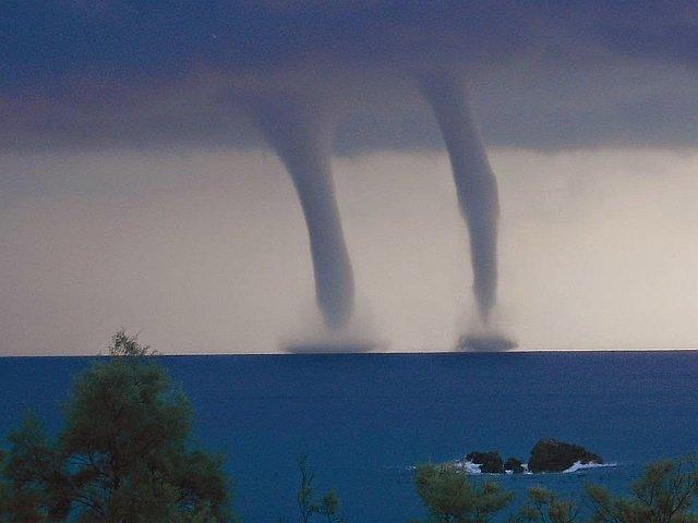 """mar egeo incontro di trombe marine gemelle foto da brivido 33097 1 1 - Spettacolo sull'Egeo: """"incontro"""" di trombe marine gemelle, foto da brivido"""