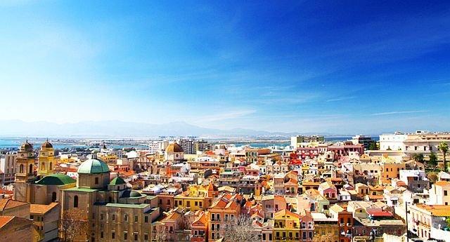 Panorama di Cagliari (da www.meteosardegna.it) dove oggi si registrano temperature vicine ai 40 gradi