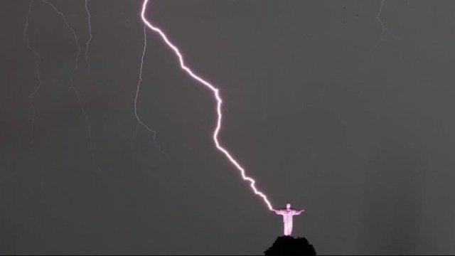 rio de janeiro fulmine su statua del cristo redentore foto incredibile 30870 1 1 - Rio De Janeiro: FULMINE su statua del Cristo Redentore. Foto incredibile