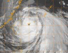 Wipha visto da satellite alle 20.30 GMT di lunedì 17 settembre. A ovest dell'occhio è visibile Taiwan. Fonte immagine www.nrlmry.navy.mil.