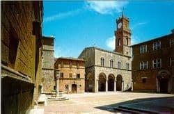 Nella prima immagine (fonte www.ib.hu-berlin.de) la Piazza Pio II a Pienza, nella seconda (www.ostemeraviglioso.it) la Rocca di Montalcino.