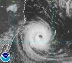Nella foto satellitare, l'uragano al largo della costa brasiliana tra Florianopolis e Porto Alegre. Fonte immagine: www.ssd.noaa.gov.